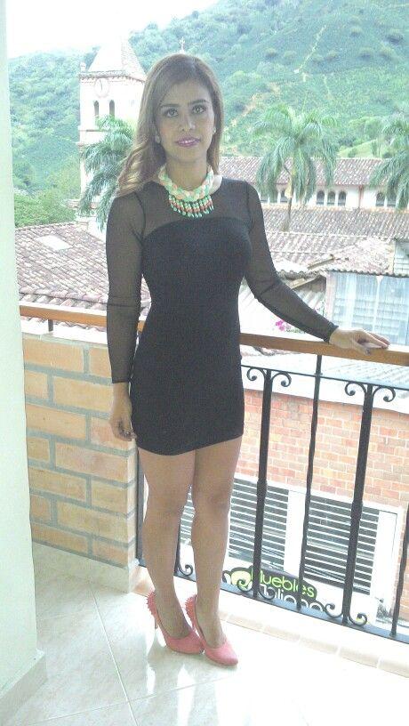 Vestido negro, zapatos mandarina