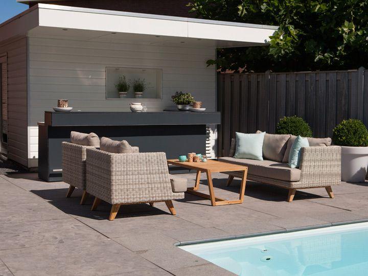 Arosa Lounge aus Poly Rattan: Machen Sie Ihren nächsten Urlaub doch zuhause Diese Arosa Lounge Rattan Gartenmöbel sind wie Liebe auf den ersten Blick. Ihr zeitloses, sehr wertiges Design fügt sich in jede bestehende Umgebung ein....