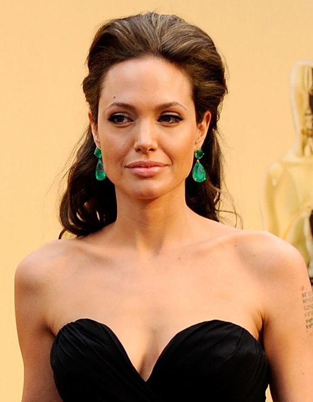 Szmaragdowe kolczyki Angeliny Jolie