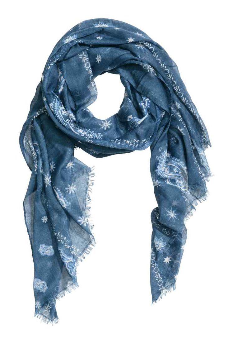 Écharpe à motif: Écharpe en tissu vaporeux à motif imprimé. Franges sur les largeurs. Dimensions 90x200 cm.
