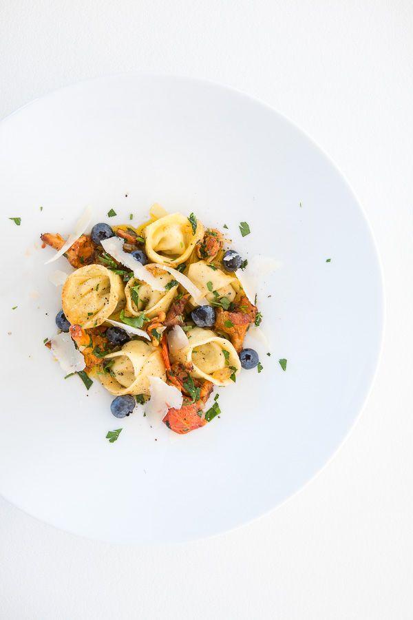 Heute auf der Tageskarte: Selbst gemachte Tortellini mit einem Sugo aus Tomaten, Pfifferlingen, Butter und Heidelbeeren. Dazu schmeckt ein kühles Glas Riesling. Meine Nudelmaschine muss schon gedacht haben, ich hätte sie vergessen. Denn tatsächlich war es dieses Jahr das