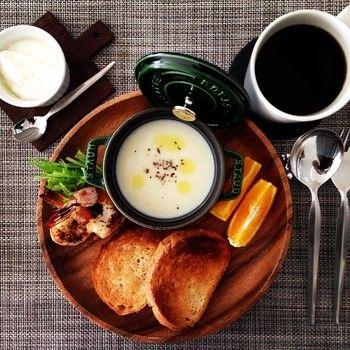 こちらは朝ごはんの様子です。 大きな木のトレイにパンヤサラダ、お肉、果物と容器に入れられたポタージュを盛り付けていただきます。