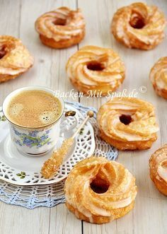 Spritzkuchen oder Spritzringe ist ein aus Brandteig hergestelltes Fettgebäck mit Zuckerguss glasiert. Die kringelförmigen Gebäckstücke sind sehr weich und luftig...
