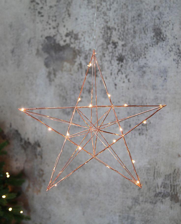 Star Trading står bake denne delikate Line LED Adventsstjerne i kobber utførelse. Det er en vakker og sart stjerne i metall med en tynn LED-lysslynge flettet rundt stengene.