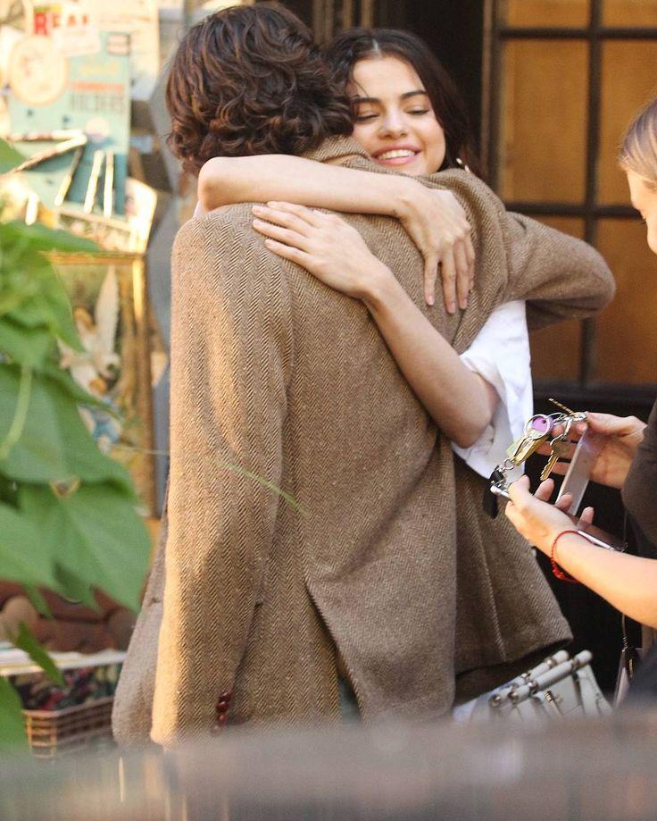 @selenagomez with Timothee Chalamet on the set of her new film in New York [September 22]  #SelenaGomez con Timothee Chalamet en el set de su nueva película en Nueva York [Septiembre 22]  #Selena #Selenator #Selenators #Fans