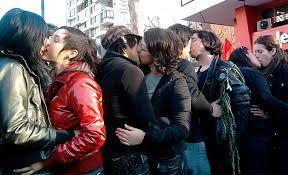 Estudiantes chilenos. «besaton para la educacion chile»