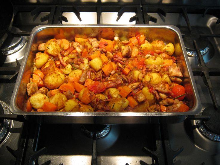 En als variatie daarop: hutspot variée Maar daarover zo meer! Dit is me toch een smullie versie! Aardappelen met een beetje spekkie, beetje ui, beetje knoflook, beetje rode peper, beetje rozemarijn...