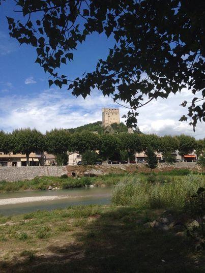 #bbbwbl Niet mijn dagelijkse werkplek, wel een van mijn favoriete werkplekken!  Aan de Drôme met uitzicht op de Donjon van Crest. Bloknootje mee, pen mee en schrijven maar....