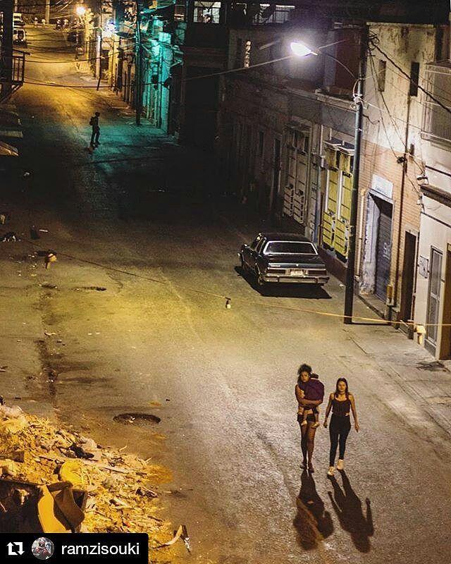 Foto de @ramzisouki La noche  - Nuevo Circo viejo show. Es necesario evolucionar.  #EncuentrosDeCalle #Caracas #Venezuela #ccs #caminacaracas