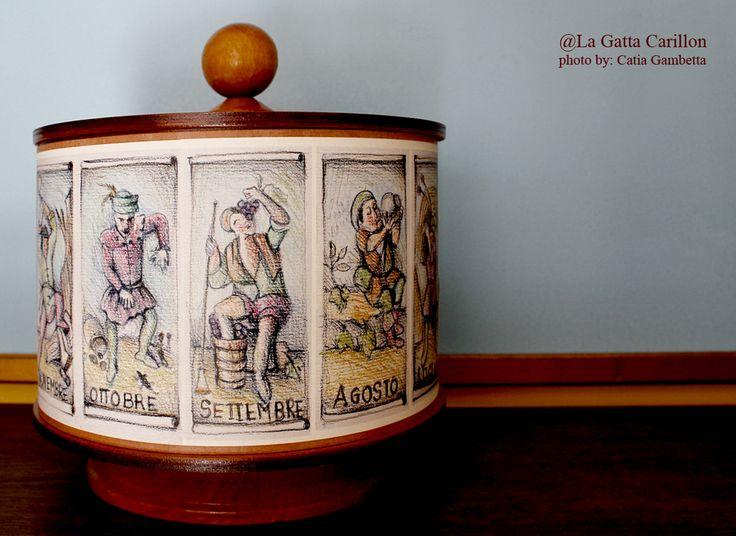 Carillon legno con i mesi dell'anno! Wooden box with 12 month illustrated.