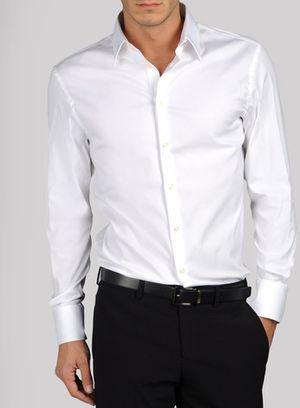#UOMOtips - Todo hombre necesita una buena camisa blanca, ideal para eventos formales o casuales.