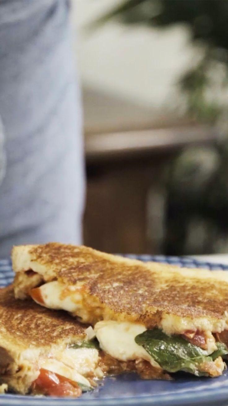 Prepare um café da manhã super completo e delicioso com essa receita de misto quente napolitano.