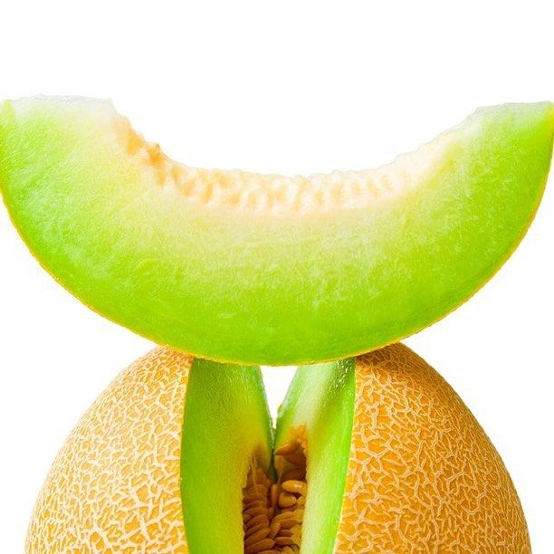 Honey dew melon and all its beautiful benefits courtesy of @medicalmedium Honeydew melon is a hydrating fruit that has wonderful nutritional and healing benefits.Honeydew is high in vitamins C and B-complex and minerals such as copper and silicon.It also