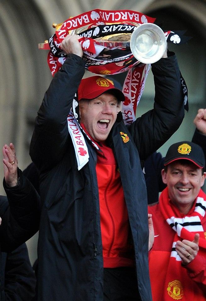Scholesy lifts the Premier League trophy