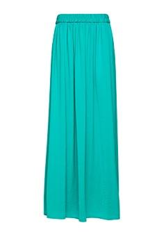 Me encanta que esté de moda ser 100% femenina, un infaltable este verano, la falda bien larga!