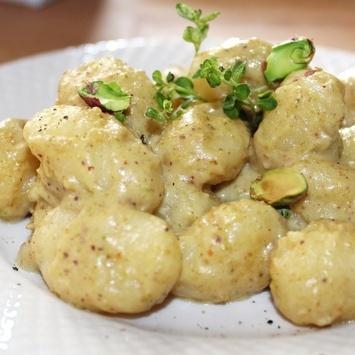 Gnocchi di patate al pesto di pistacchi.