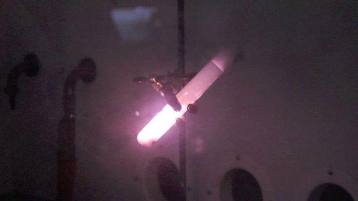Nallekarkki sulaneessa kaliumkloraatissa saa aikaan näyttävän reaktion. Katso demonstraatio videolta ja lataa työohje Kemianluokka Gadolinin verkkosivuilta: http://www.kemianluokka.fi/files/marras10_opettaja%5B1%5DDEMOT.pdf.