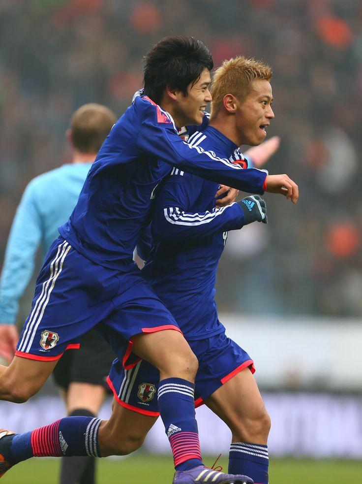 Atsuto UCHIDA(Kashima Antlers) has to bless Keisuke HONDA(CSKA Moscow). 2013.11.15