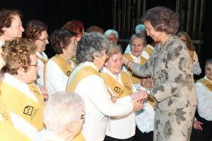 La Reina Sofía saludando al coro de enfermos de alzhéimer Voces de la Memoria