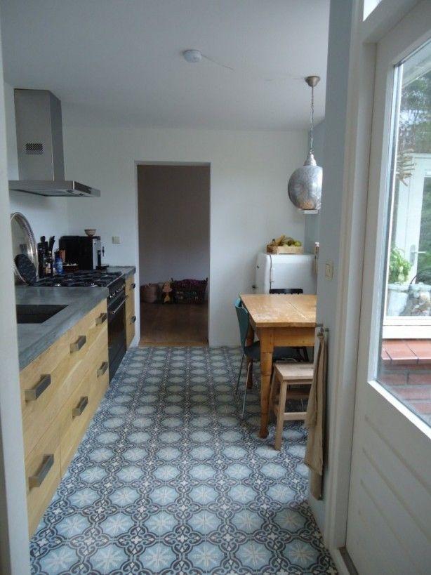 Gekleurde vloer icm houten keuken