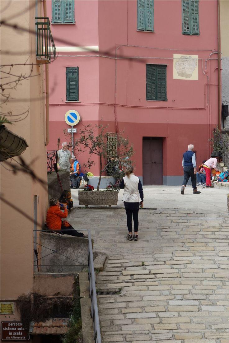 Blick in die Gasse View into the alley En regardant dans l'allée Guardando nel vicolo Ser i smug