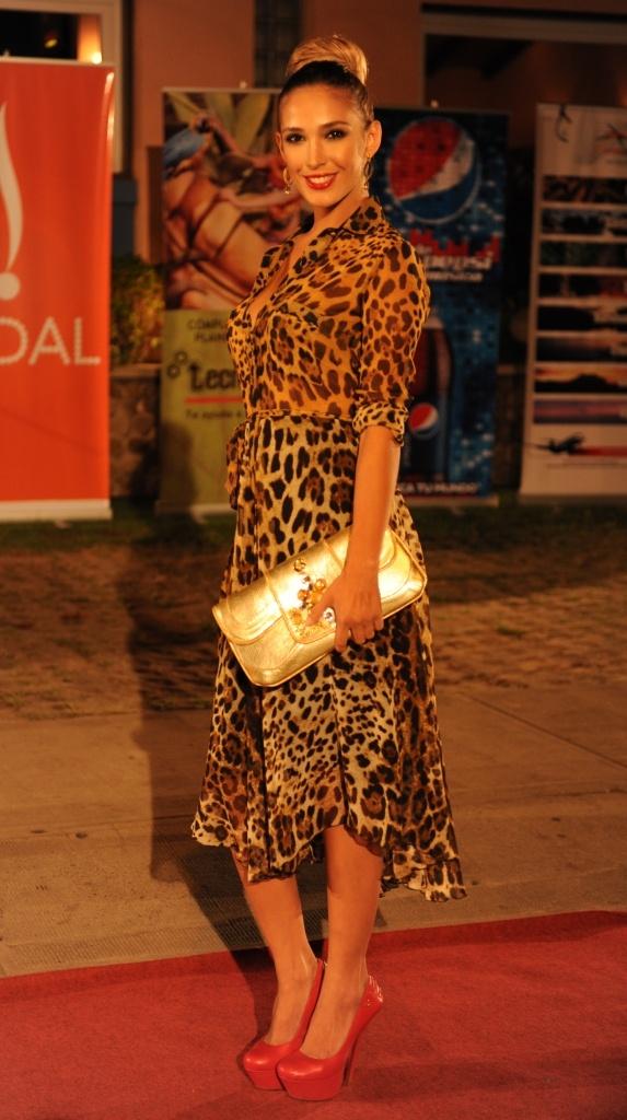 Desireé Duran con vestido de LUPE, bolso y calzados CARMEN STEFFENS