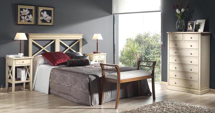 Muebles de habitación de matrimonio en madera maciza, con cabecero de cama con aspas y mesillas lacado en blanco. Más info en www.tudecora.com