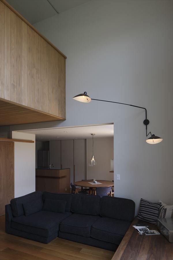 吹き抜けのリビング(『アトリエのある家』素材、色調。こだわりの詰まった住まい)- リビングダイニング事例|SUVACO(スバコ)