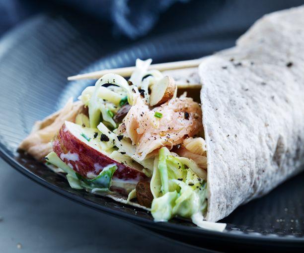 Lav en wrap med et nordisk, smagfuldt tvist, og sæt tænderne i en en lun fuldkorns-wrap med varmrøget laks og sprød kålsalat. Få opskriften her!