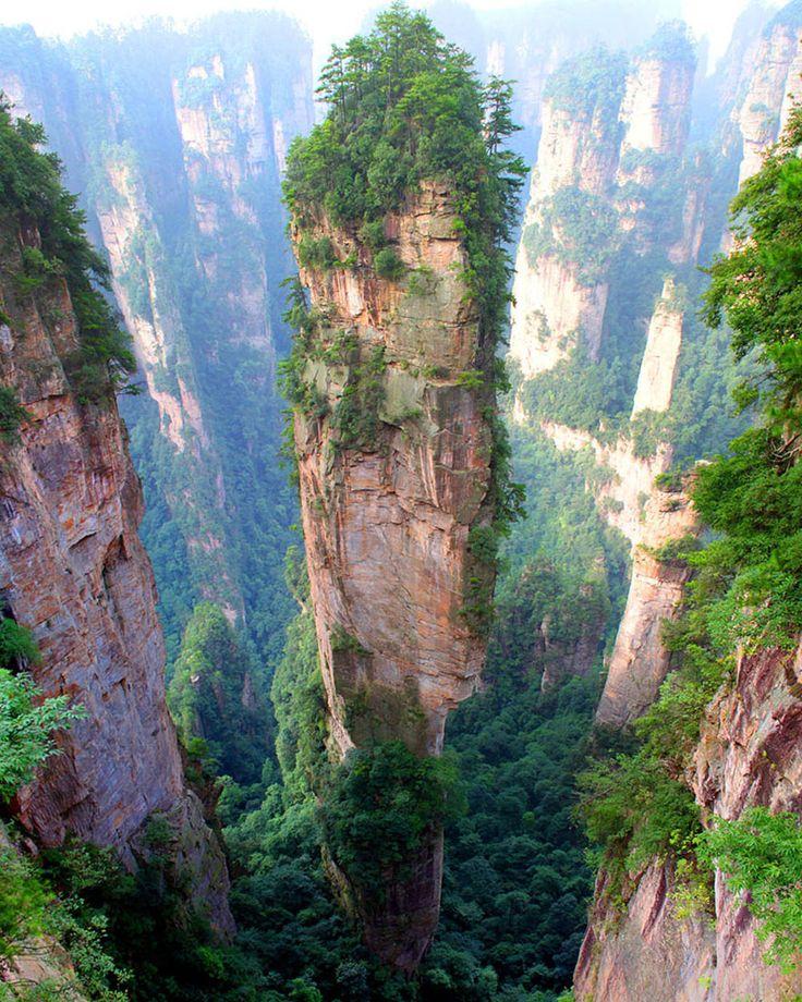 Tianzi bergen van China - Deze hoge, smalle bergen werden ongeveer 380 miljoen jaar gevormd toen zandsteen onder water werd weggespoeld om vervolgens achter te laten wat we nu zien. Komt je dit bekend voor? Dat kan want regisseur James Cameron gebruikte ze als decor voor de film Avatar.