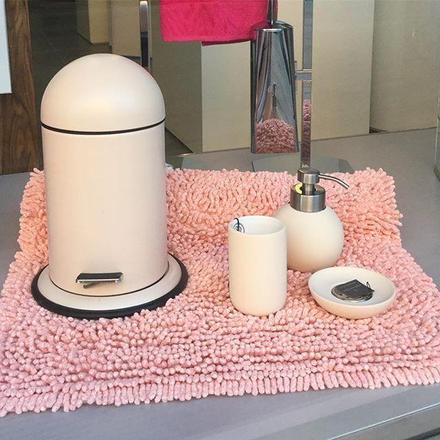 WEBSTA @ casadei.arredo.bagno.cornici - Con un tocco di rosa vi #auguriamo un buon week end! #cattolica #italy #aquanova #bagno #bathroom #accessories #dreambathroom #furniture #home #