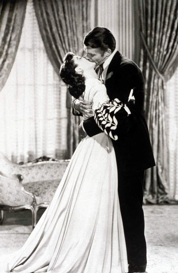 Autant en emporte le vent (1939) - Le baiser de l'amuuuurScarlett (Vivien Leigh) méprise au-delà de toutl'arrogant Rhett Butler (Clark Gable). Comme on peut le voir sur cette image.