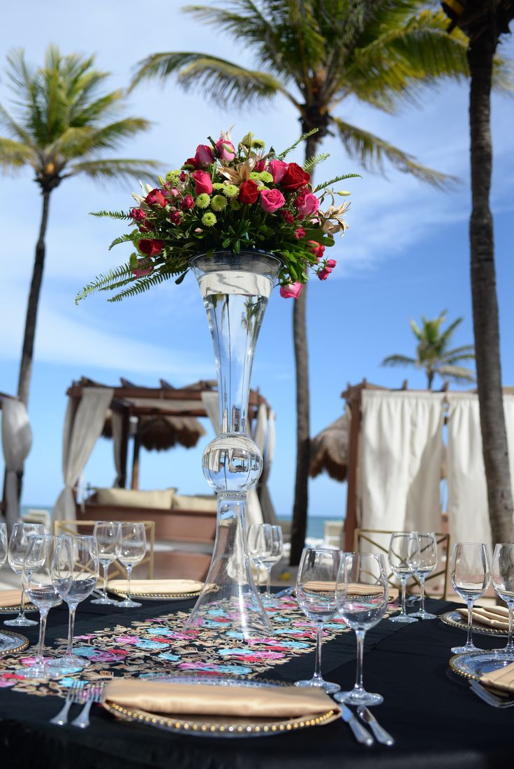 Use clear vases to add a contemporary touch to your #destinationwedding here at Dreams Tulum Resort & Spa! #DreamsTulumWedding #TulumWedding #BeachWedding #BeachReception