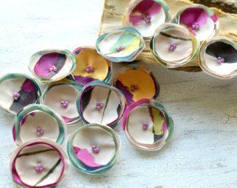 Cucire il tessuto organza fatti a mano su appliques fiore