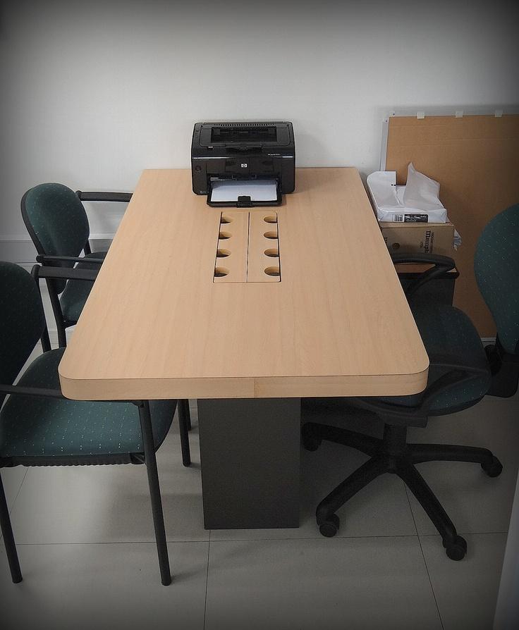 Mesa de reunión de trabajo con salida de corriente para varios computadores a la vez. Mueble enchapado lamitech duotono.