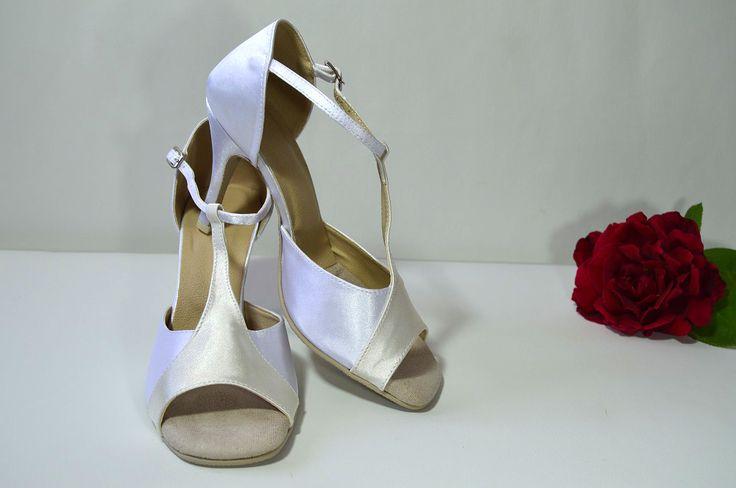 Svatební sandálky v kombinaci bílé a smetanové - ivory. Svadobné sandálky bielosmotanové - ivory - podľa návrhu klientky. svatební obuv, společenksá obuv, spoločenské topánky, topánky pre družičky, svadobné topánky, svadobná obuv, obuv na mieru, topánky podľa vlastného návrhu, pohodlné svatební boty, svatební lodičky, svatební boty se zdobením,topánky pre nevestu, strieborné svadobné topánky, stříbrné svatební boty