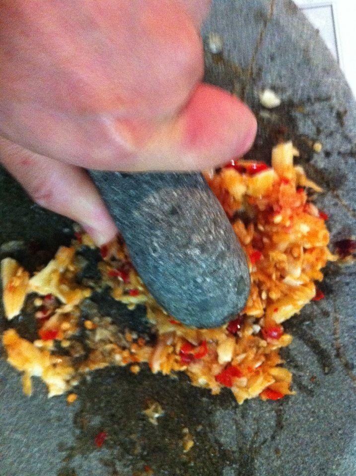 インドネシア料理に欠かせない調味料。サンバルソースの作りかたをまとめてみました。 我が家では、常備調味料として常にキープしています。 冷蔵庫で二週間くらい持ちます。