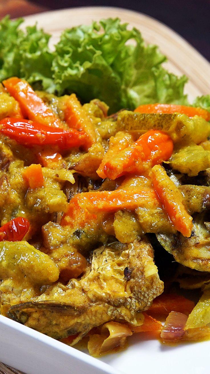 Pesmol Ikan adalah ikan yang di goreng lalu di masak bersama acar kuning. Gurihnya ikan serta segarnya cuka, cocok disantap bersama nasi panas.