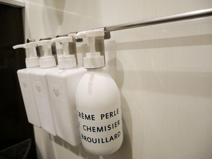 シャンプーやコンディショナー、ボディソープと置くとかさばったり、掃除する時に避けて掃除したり手間かかりませんか? 吊るす収納 そんな収納が浴室でできたらな〜と思い見つけた、Seriaのボトルハンギングフック。 吊るす収納の使い勝手はいかがでしょうか?