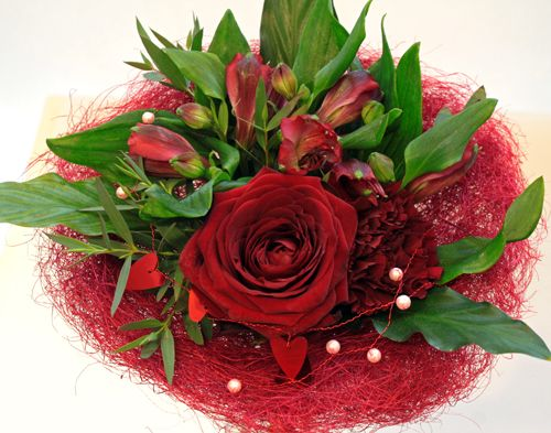 http://holmsundsblommor.blogspot.se/2014/02/grabn-go-buketter.html Ros Red Naomi och alströmeria. Valentine´s day bouquet with rose Red Naomi and alstroemeria