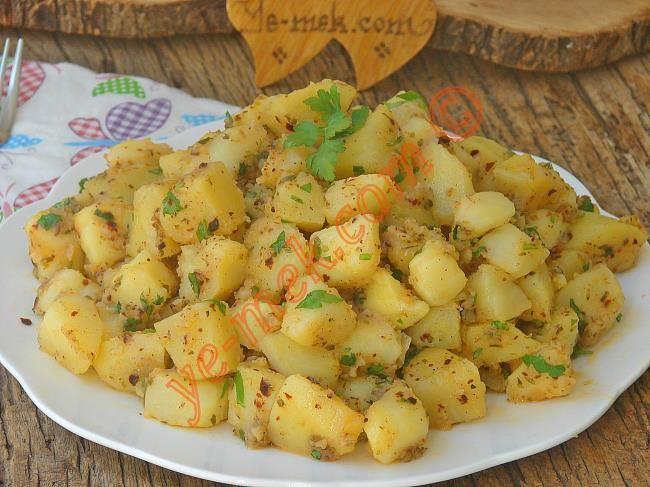 Kahvaltıda ya da et yemeklerinin yanında garnitür olarak sunacağınız tereyağlı ve bol baharatlı nefis bir patates tarifi...
