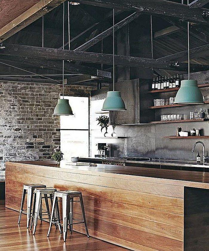 cocina industrial con lamparas colgantes verdes