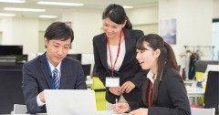 7割を占める普通の社員がイノベーションを起こすには 秋山進 [プリンシプルコンサルティンググループ株式会社 代表取締役]  なぜ日本企業ではイノベーションが起こりづらいのか  そのヒントを読み解くカギがハーバード大学教育大学院教授のロバートキーガン博士オットーラスキー博士らが提唱する発達心理学の1つ成人発達理論にある 成人発達理論とは人間の一生涯にわたる発達プロセスを明らかにするものでなかでもロバートキーガン博士は人間を発達段階で大きく5つに分類それに基づいた組織開発や人材育成を行う現在様々な欧米企業で採用され組織の成長に効果的に機能しているという  一方そういった手法がまだなじみのない日本企業ではいま組織の停滞感が蔓延しているのも事実だ そこで今回は変革が起きづらく停滞感が広がる原因を組織の病気組織の限界の事象と照らし合わせながら成人発達理論の実践書なぜ部下とうまくいかないのかの著者加藤洋平さんに同理論の見地を交えて解説してもらった  続きはこちらから読む http://ift.tt/2a8yMFE ダイヤモンドオンライン…