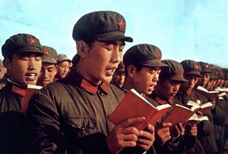 El libro rojo era el instrumento principal de enseñanza en la China comunista con citas de Mao siendo esta la única literatura permitida. Era obligatoria su lectura argumentando que era el único camino a la felicidad de campesinado. Su desconocimiento o pérdida traía grandes consecuencias como trabajos forzados. Zoe Fogo