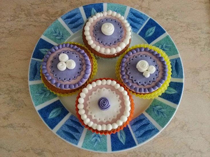 le Torte di Ciuffina: Dolcetti decorati 2: in #viola #tortadecorata #pastadizucchero #cake #ciuffina #cerimonia #battesimo #matrimonio #wedding #comunione #cresima #cupcakes
