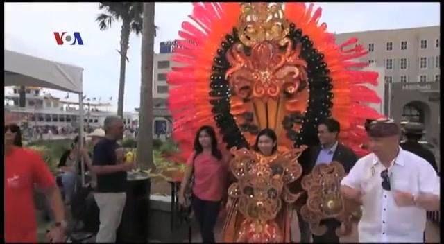 """Beberapa waktu yang lalu, Indonesia Diaspora Network (IDN) Chapter Louisiana, menggelar Festival """"Wonderful Indonesia"""" di Spanish Plaza, New Orleans. Menampilkan seni budaya Indonesia, musik Blues """"Gugun Blues Shelter"""", dan kehadiran makan pinngir jalan khas Indonesia, sate dan nasi goreng. Simak liputan tim VOA berikut ini.  Di YouTube: https://youtu.be/YqrbtRDgGg8"""