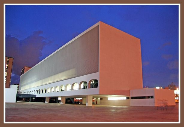 Национальная библиотека в Бразилиа, архитектор Оскар Нимейер