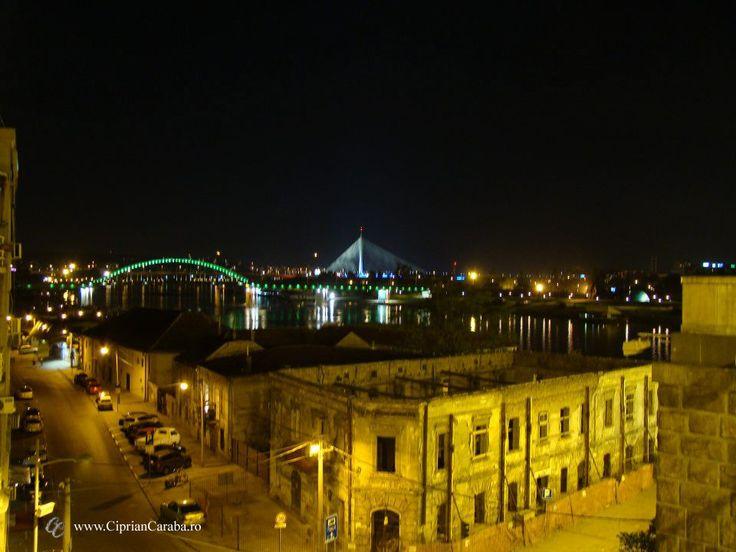 Casele daramate (de trecerea timpului sau din cauza bombardamentelor din urma cu peste 10 ani) si podurile noi, reconstruite in timp record, contrasteaza puternic in Belgradul cufundat in linistea noptii.