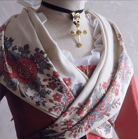 Bastidane fin du 18ème siècle - Fragonard Parfumeur #collection#costumes#provence
