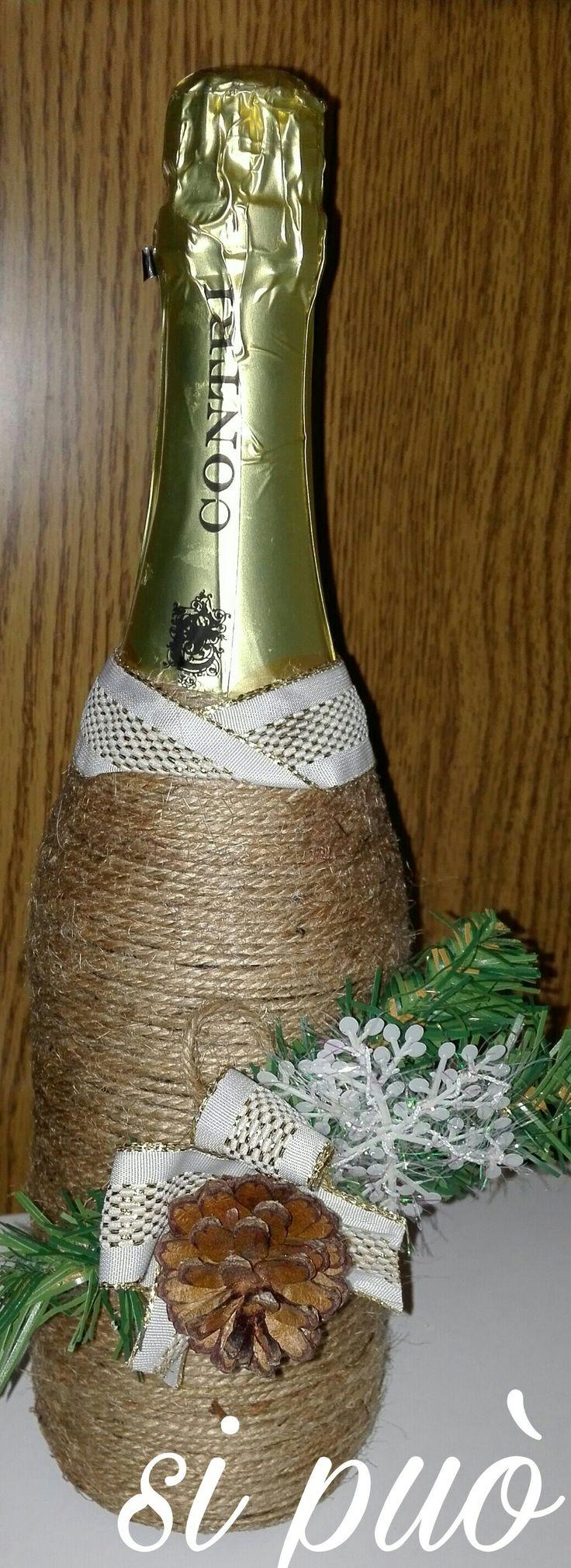 bottigli di spumante avvolta da spago e decorata con nastro